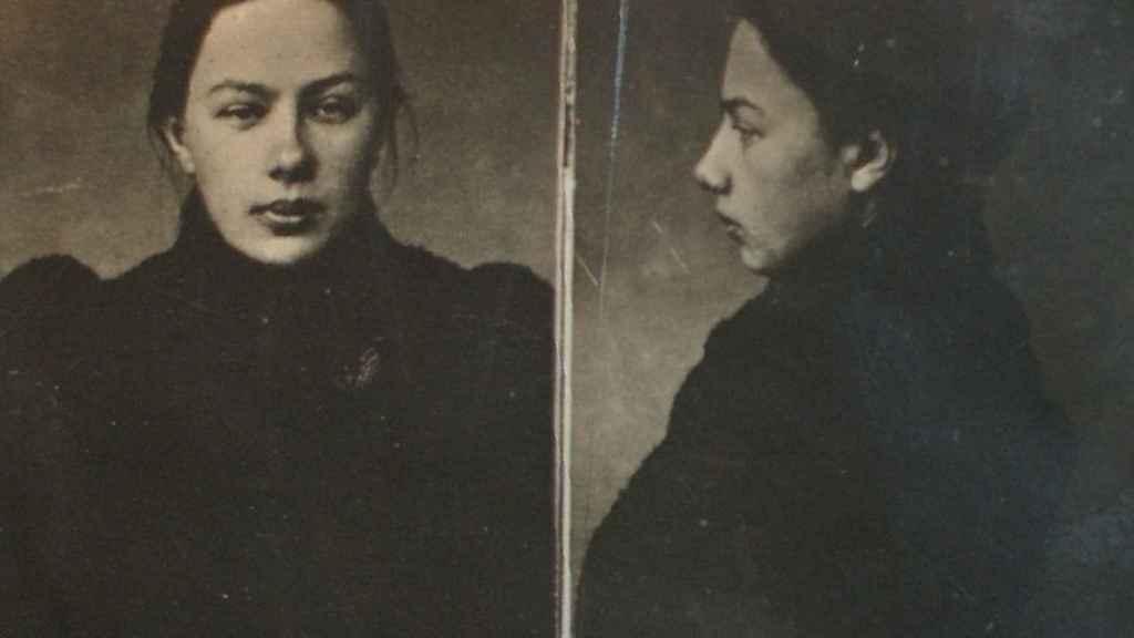 Retrato policial de Krúpskaya tras su detención como miembro del Grupo para la Lucha por la Emancipación de la Clase Obrera (1896).