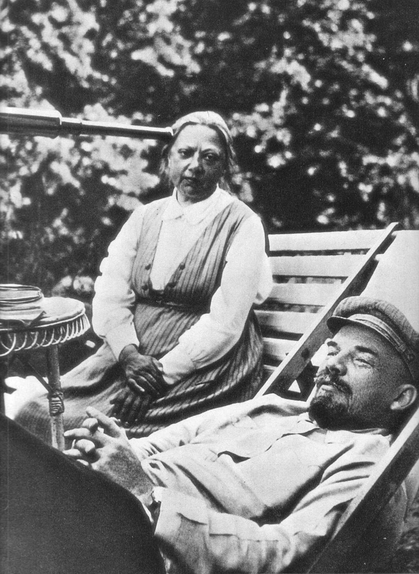 Krúpskaya junto a Lenin, convaleciente del infarto cerebral de mayo de 1922.