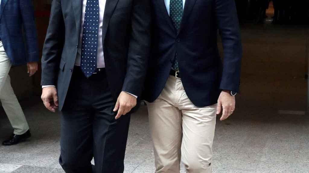 García Egea (derecha), a su llegada a la Asamblea de Madrid para el discurso de investidura de Ayuso.