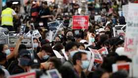 Los manifestantes hongkoneses siguen ocupando el aeropuerto.