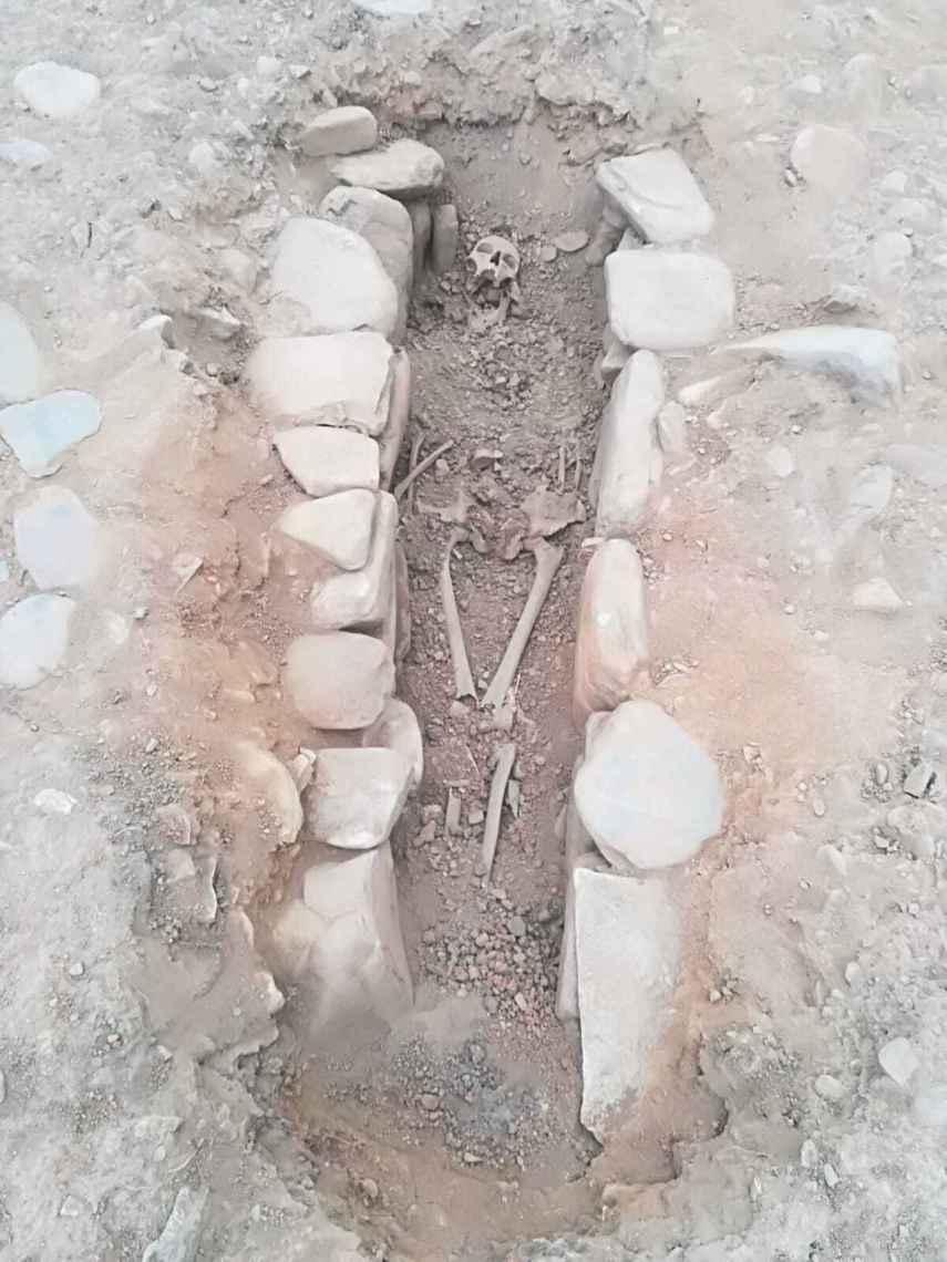 Los restos de la mujer medieval hallados en el castro de San Lourenzo.