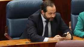 Diego Sanjuanbenito, momentos antes de la votación final de la investidura de Isabel Díaz Ayuso.