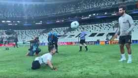 Salah jugando con un niño sin piernas en un acto de la Fundación de la UEFA