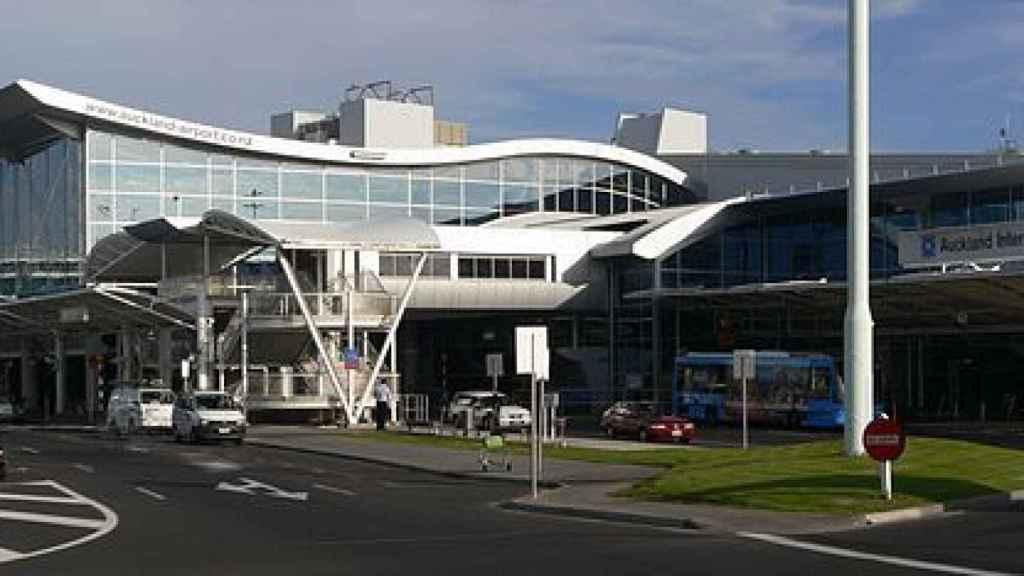 Imagen del exterior de la terminal de pasajeros del Aeropuerto Internacional de Auckland.