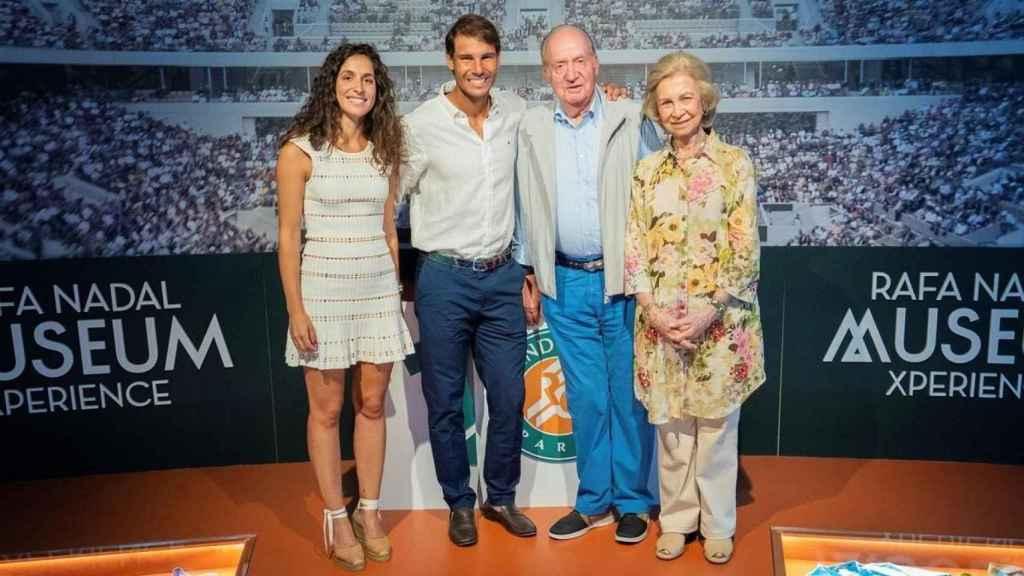 Xisca, Nadal, el rey Juan Carlos y la reina Sofía durante su visita al complejo del deportista este verano.