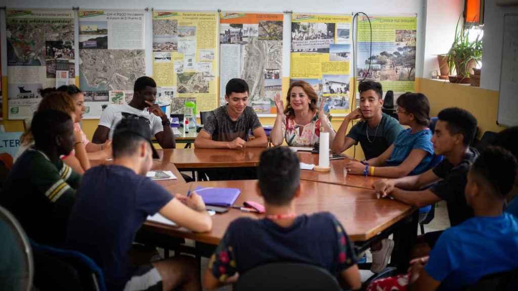 Paqui dirigiéndose a un grupo de personas inmigrantes que, tras su mayoría de edad, han cumplido su plazo máximo en centros de acogida y a los que enseña a leer.