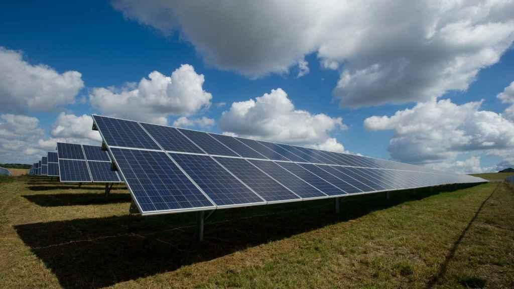 Paneles solares produciendo energía.