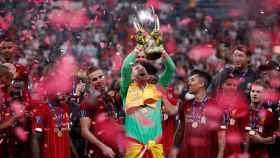 Adrián, héroe de la Supercopa de Europa 2019, levanta la copa