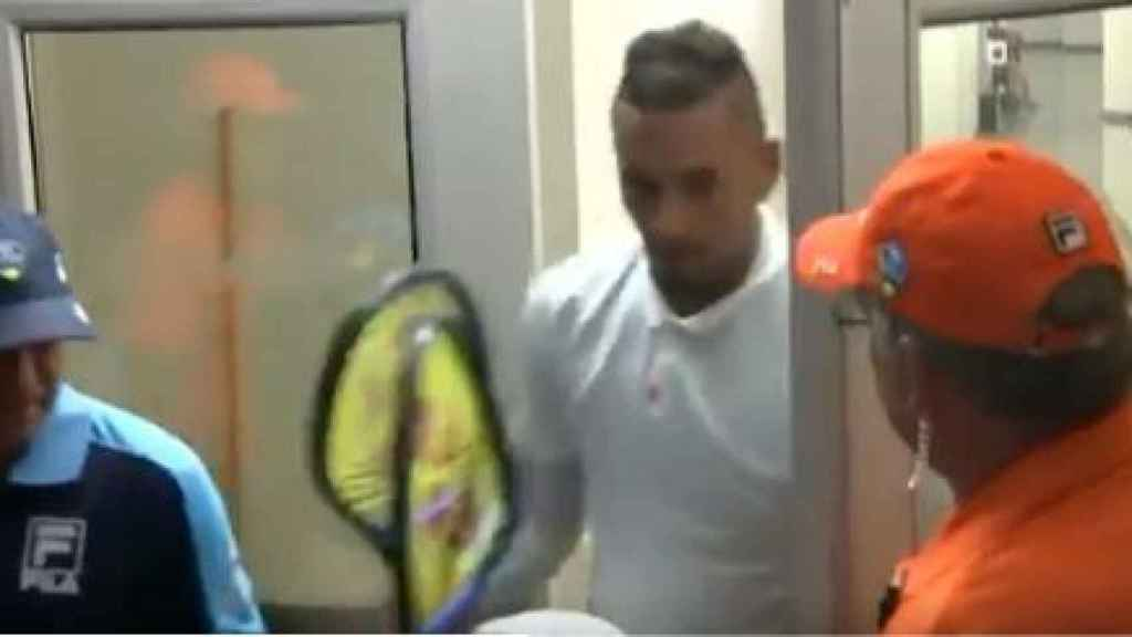 Nick Kyrgios destrozando dos raquetas.