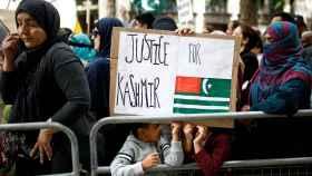 Manifestantes contra la derogación de la autonomía de Cachemira en Londres