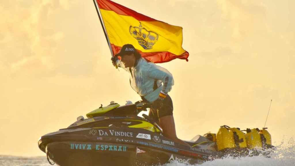 Álvaro de Marichalar, con una bandera de España en su moto de agua.