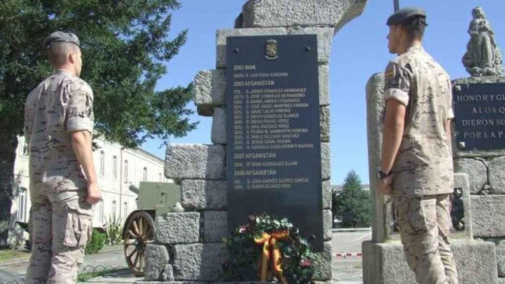 Militares españoles rinden homenaje a sus compañeros caídos en el lugar de la tragedia.