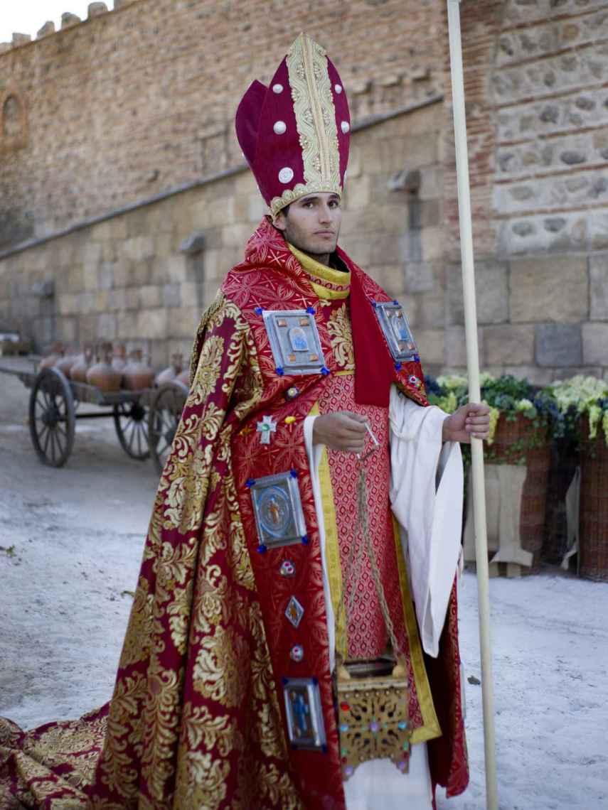 Uno de los actores de Puy du Fou con el traje de obispo.