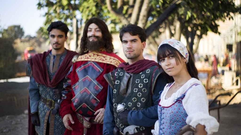 Varios de los actores de Puy du Fou, momentos antes de un ensayo.