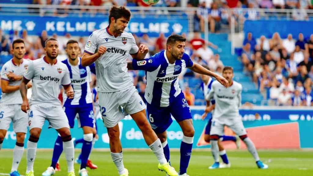 Maripán pelea un balón con Melero en el Alavés - Levante