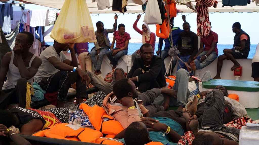 Algunos de los 107 inmigrantes, en la cubierta del 'Open Arms'.