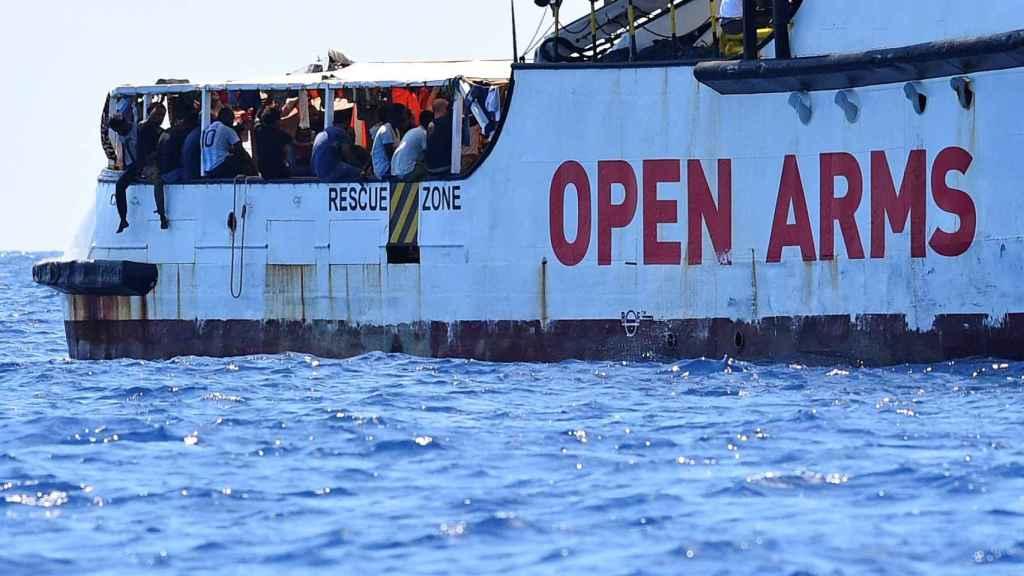 El 'Open Arms' desde la costa de Lampedusa.