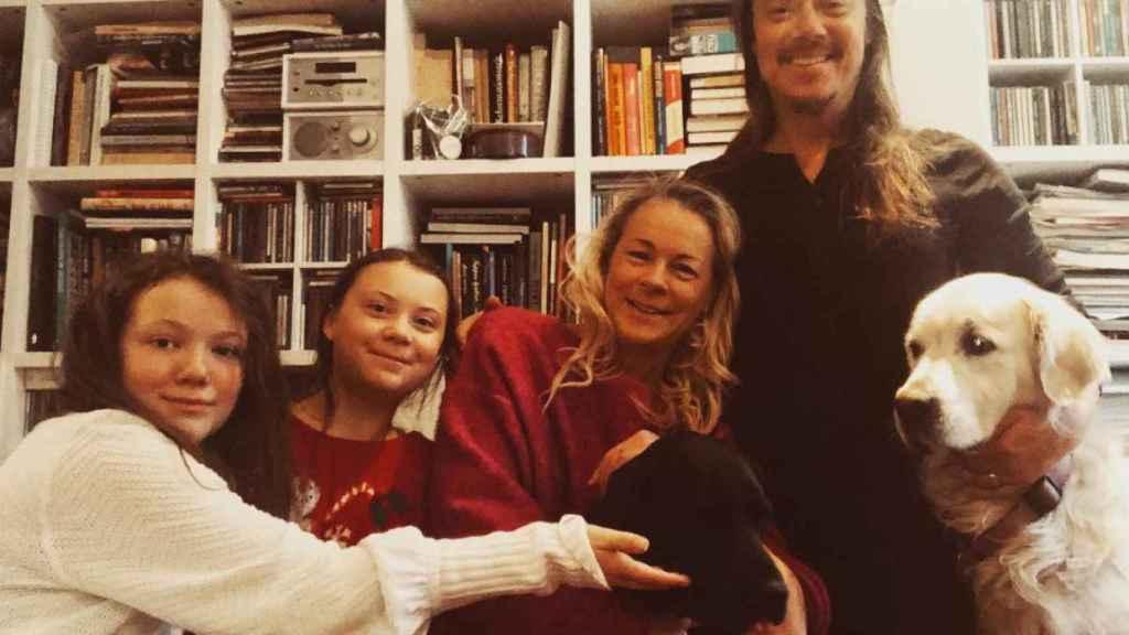Greta Thunberg junto con su hermana, Beata Thunberg y sus padres, Svante Thunberg y Malena Ernman.