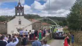 El momentazo a la salida de la iglesia con la cosechadora lanzando confeti
