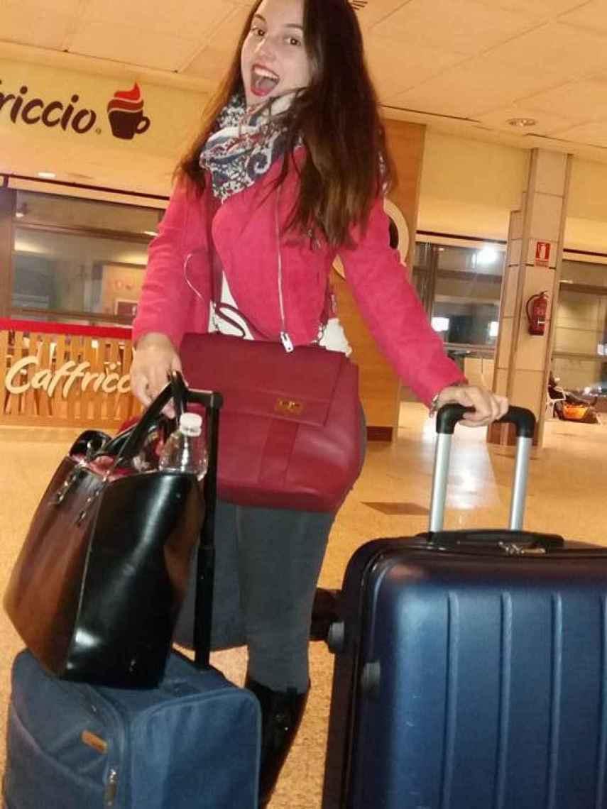 La joven, en el aeropuerto, antes de poner rumbo a Frankfurt.