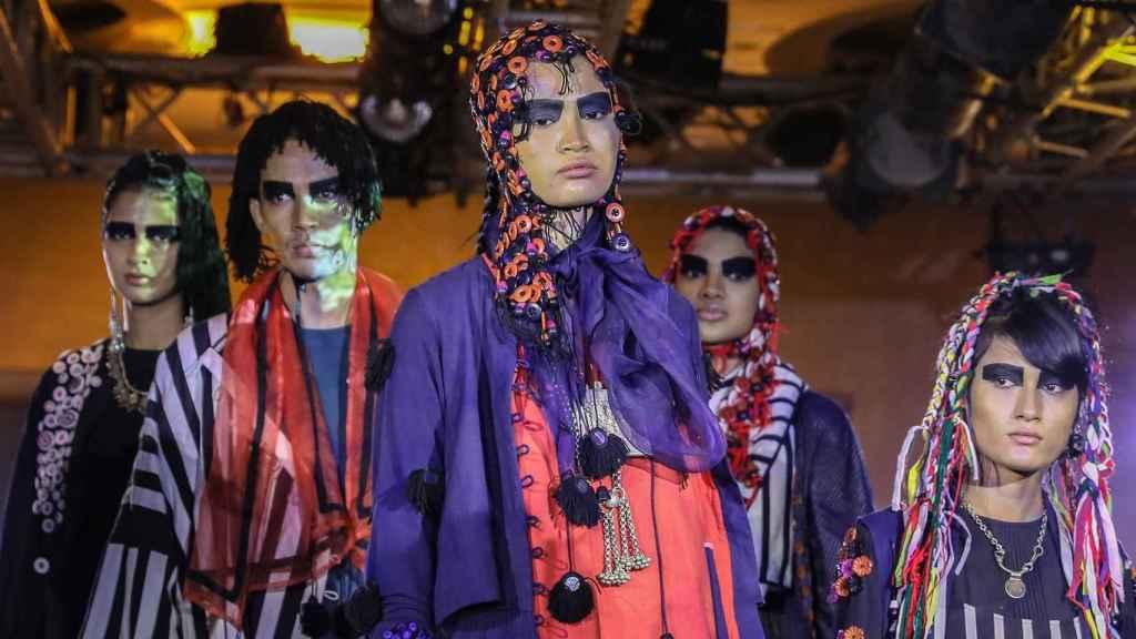 Algunos de los diseños que desfilaron por la pasarela de la moda de la India.
