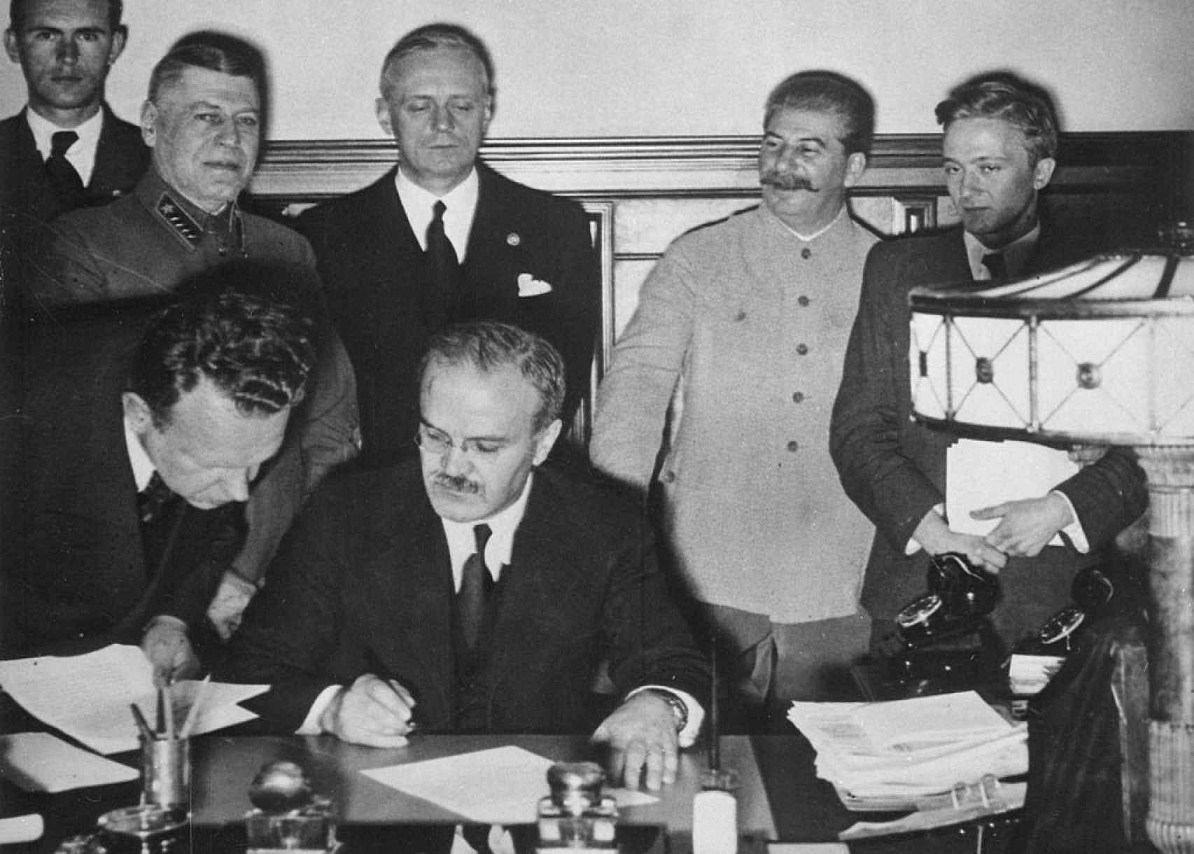Vyacheslav Molotov firma el pacto de no agresión con Stalin detrás (1939).