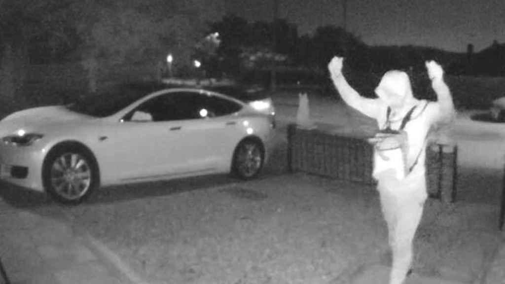 Presuntos ladrones robando un Tesla