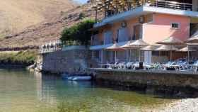 Vista general del restaurante costero Panorma, en Porto Palermo, Albania