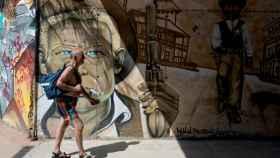 Un hombre camina en un caluroso Orense.