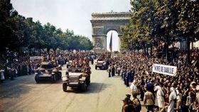 La 2º División Blindada de Leclerc, durante el desfile por los Campos Elíseos el 26 de agosto de 1944.