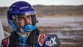 Fernando Alonso pilotando el Toyota Hilux del Dakar en Namibia