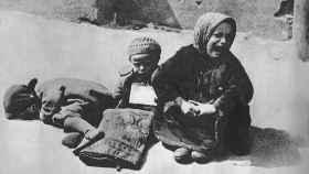 Niños polacos en una calle durante el asedio