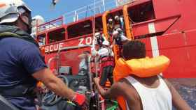 Los 356 inmigrantes del 'Ocean Viking' desembarcan en Malta.