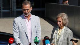 Felipe VI y la reina Sofía abandonan el hospital tras la operación de Juan Carlos.
