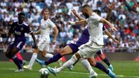 Karim Benzema dispara a puerta en el Real Madrid - Valladolid