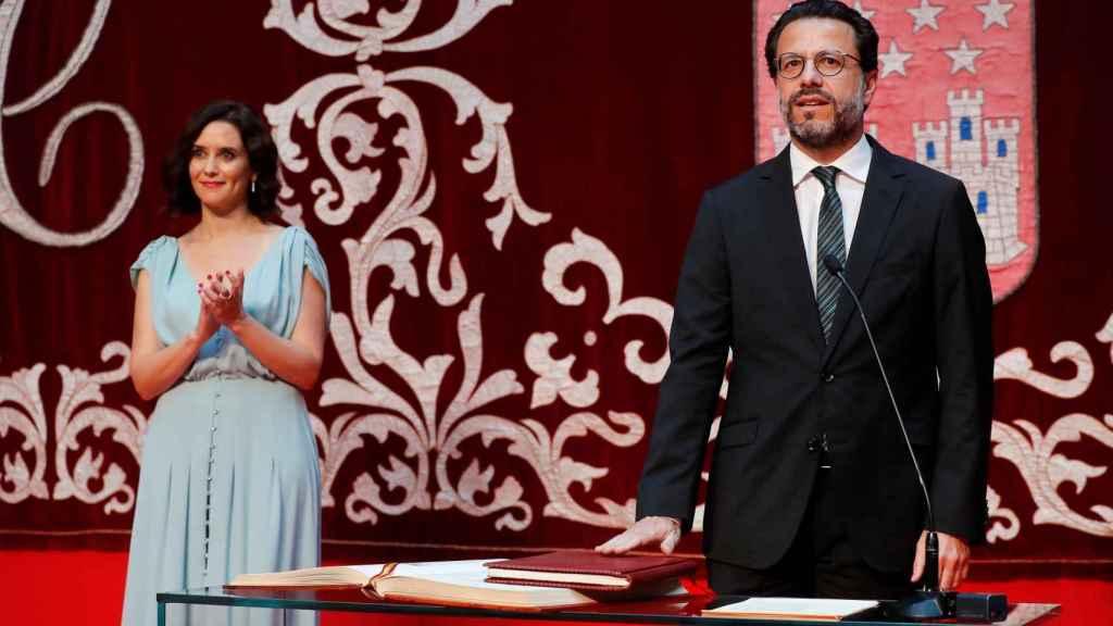 Javier Fernández-Lasquetty, en su toma de posesión como consejero de Hacienda, junto a Isabel Díaz Ayuso.