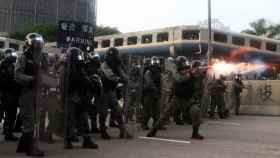 Las fuerzas de seguridad se enfrentan a los manifestantes.