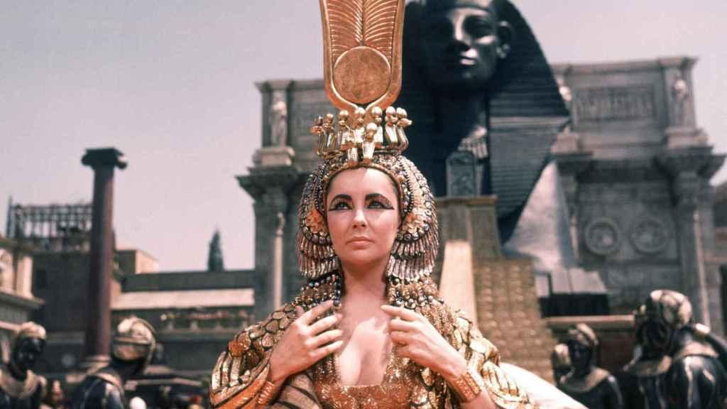 Elizabeth Taylor se maquilló como la famosa emperatriz durante la película 'Cleopatra'.
