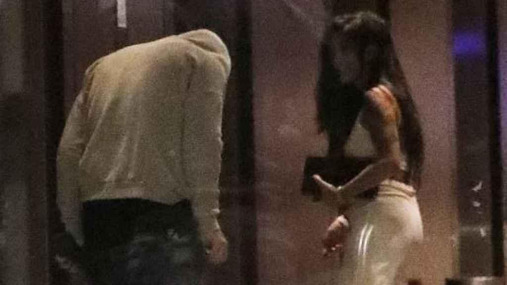 Wayne Rooney entrando a un hotel junto a una mujer. (DailyMail)