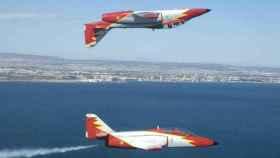 Dos aviones de la Patrulla Águila realizan maniobras en el aire