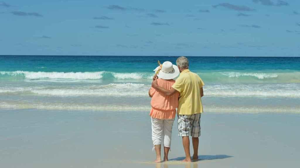 Una pareja disfrutando de un viaje del Imserso.