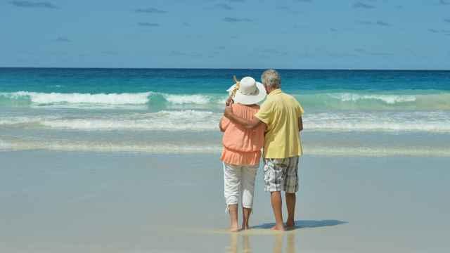 Una pareja de ancianos de vacaciones, en imagen de archivo.