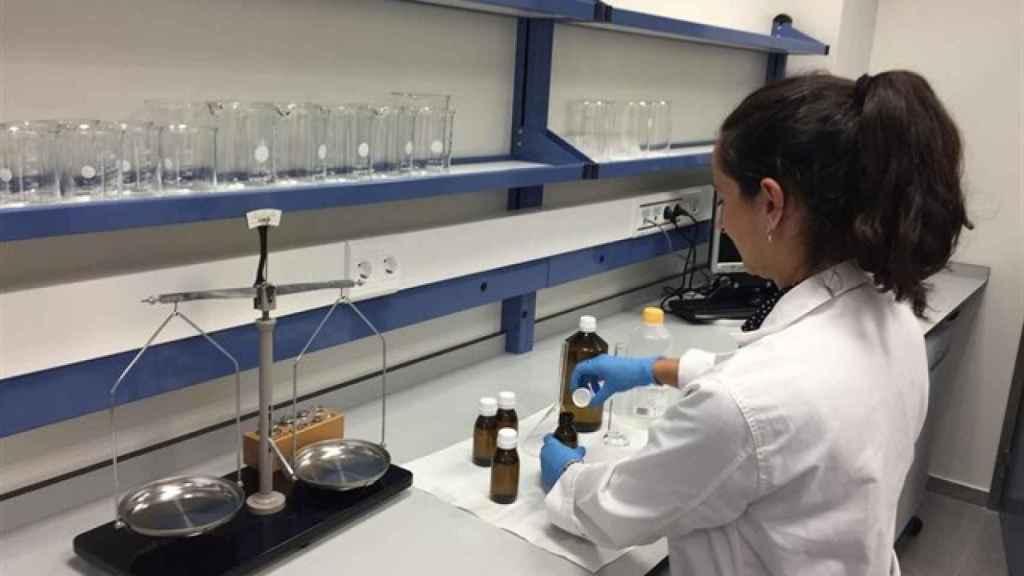 Una farmacéutica elaborando fórmulas magistrales.