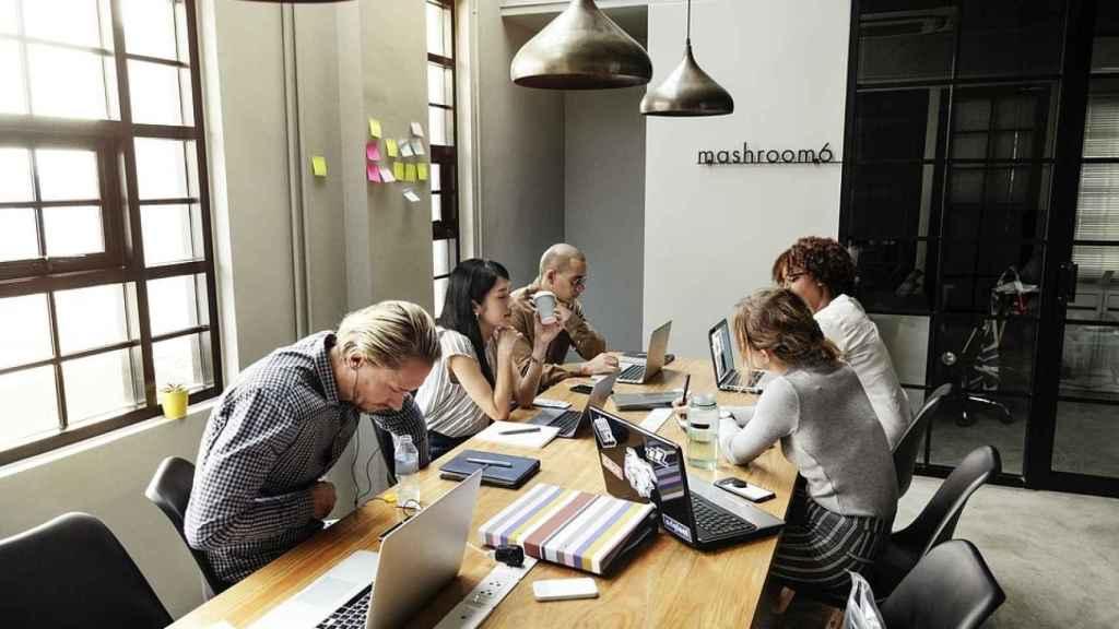 Bookker permite reservar espacios de trabajo con una aplicación y sin ningún otro hardware.