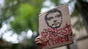 Una pancarta de protesta contra Bolsonaro por los incendios en la Amazonía.