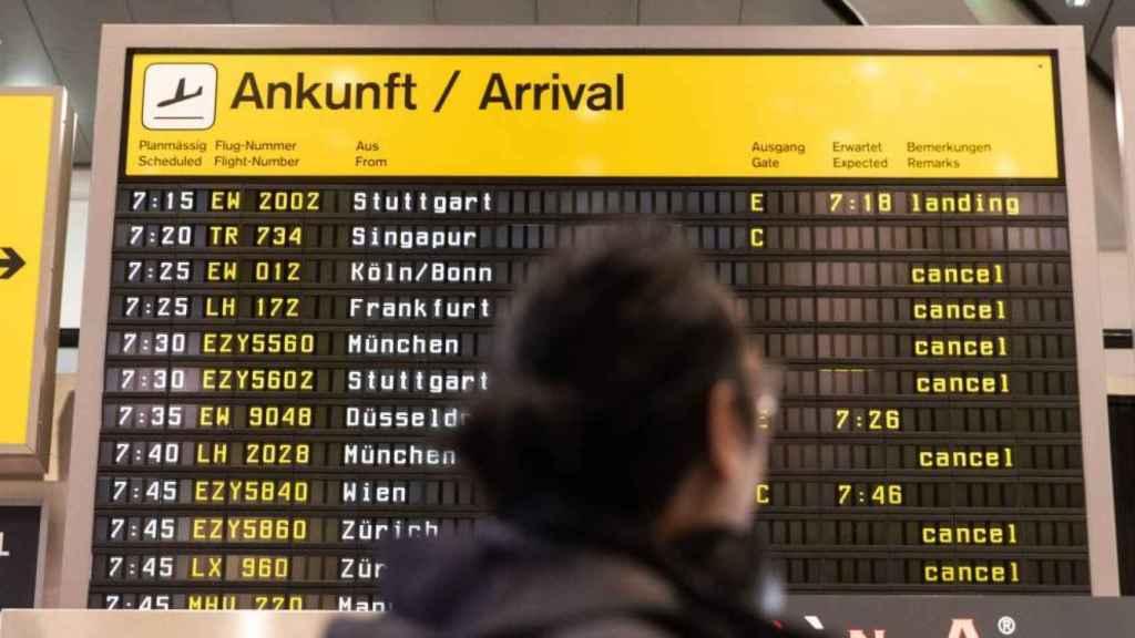 Panel de vuelos cancelados en un aeropuerto alemán