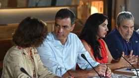 El presidente del Gobierno en funciones, Pedro Sánchez; la vicepresidenta en funciones, Carmen Calvo, y la secretaria socialista de Movimientos Sociales y Diversidad, Mónica Silvana, durante la reunión que mantuvo con colectivos sociales de diversidad.