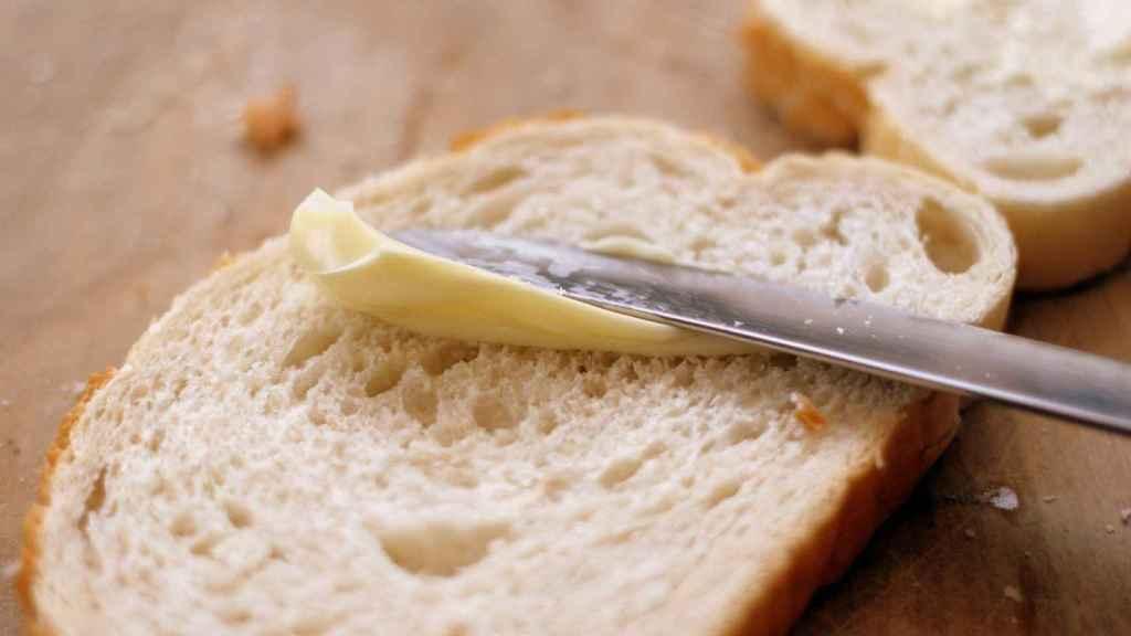 Una rebanada de pan con margarina.