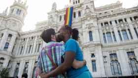 Una pareja se besa durante el Orgullo Gay.