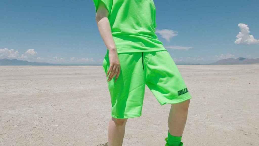 Billie Eilish con su peculiar estilismo, en el que se ha inspirado Bershka.
